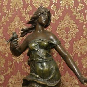 Девушка с ласточкой в руке