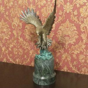 Бронзовый орел на мраморном постаменте