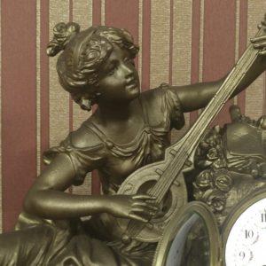 Каминные часы Девушка играет на лютне
