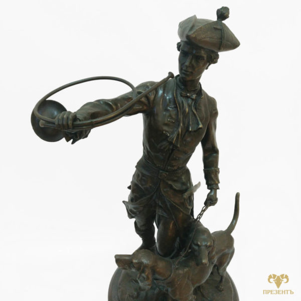 охотник с собаками, осотник с сигнальным рогом, охотник с трубой, бронзовая скульптура охотника