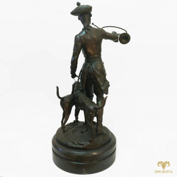 подарок охотнику на день рождения, охотник с собаками, осотник с сигнальным рогом, охотник с трубой, бронзовая скульптура охотника