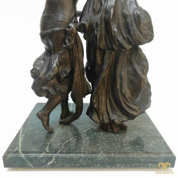 Уникальный подарок для солидного человека, бронзовая скульптура две девушки бегут, магазин бронзовых скульптур, магазин подарков Винница