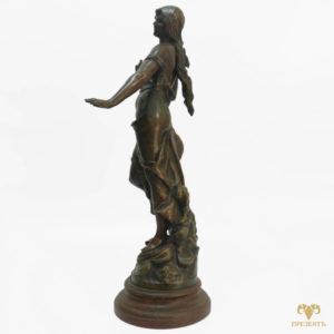 Антикварная скульптура из шпиатра Девушка с ласточкой в руке