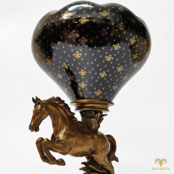 Фарфоровая ваза с бронзовой лошадью, подарок коллекционеру антиквариата