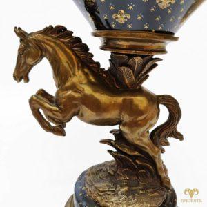 Фарфоровая фруктовница с бронзовой лошадью