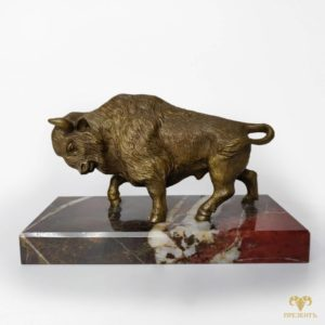 Бронзовая скульптура Зубр на подставке из яшмы