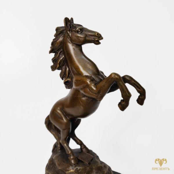 статуэтка конь на скале, фигурка лошади бронза, фигура коня бронза, скульптура лошадки на дыбах, статуэтка кобылы, статуэтка конь, статуэтка лошадь в движении