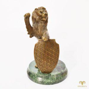 Бронзовая фигура льва со щитом